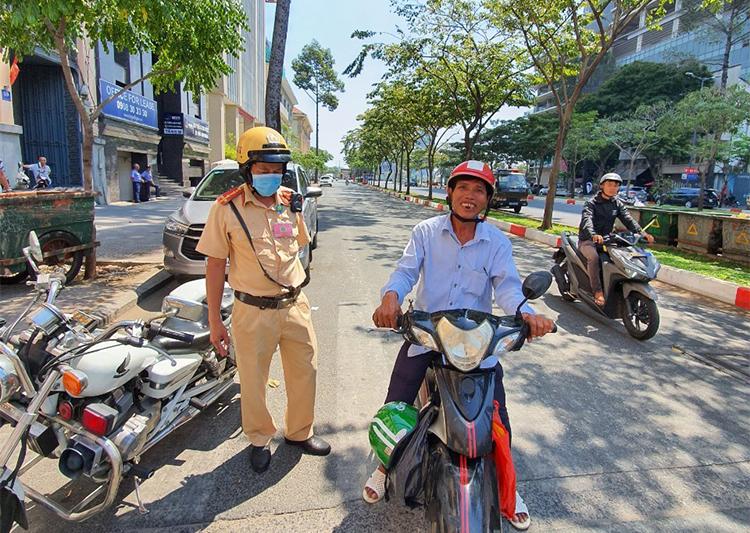 Ngày 27/2, ông Bình gặp lại đội Cảnh sát giao thông Quận 1 để cám ơn và thông báo mình đã mua được chiếc xe máy. Ảnh: Đội CSGT - TT Quận 1.