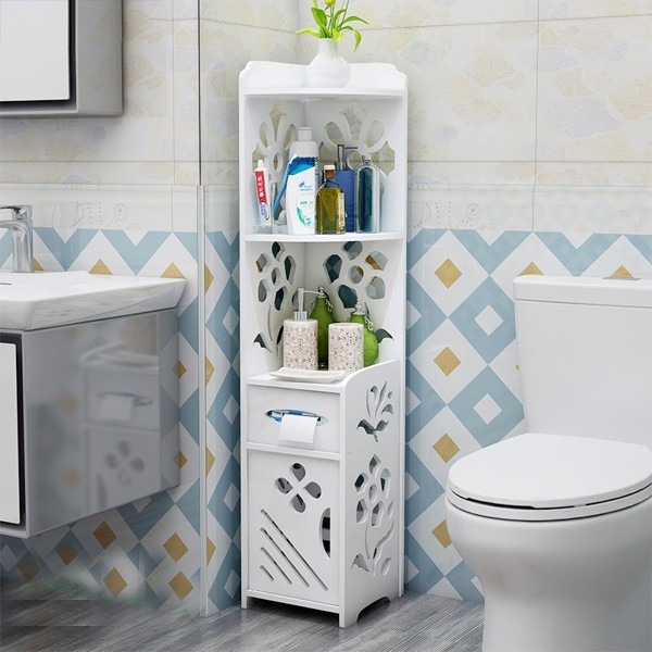 Cùng là kệ góc nhà tắm, tủ nhựa composite IG363 của Igea có thêm phần hộc tủ và ngăn chứa bên dưới tiện lợi. Ngăn kéo nhỏ ở giữa thiết kế có khe hở, có thể đặt hộp khăn giấy. Phần tủ bên dưới có cửa chắn ngăn nước làm ướt đồ dùng bên trong, có thể dùng đặt khăn tắm, khăn lau tay hoặc thảm giậm chân. Sản phẩm có giá 505.000 đồng.
