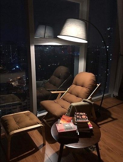 Bộ ghế và đèn đọc sách, gồm ghế lười gỗ sồi BeanBag và đèn sàn Siskel của Poang được nhiều người yêu thích. Đèn để sàn, thân đèn kim loại, kiểu dáng đơn giản. Ghế thuộc dòng thư giãn, giống mẫu tại các khách sạn, resort. Bộ sản phẩm ngoài giúp bạn có những giây phút đọc sách thư giãn trước hay sau khi làm việc, còn là điểm nhấn cho không gian nội thất. Sản phẩm có giá 5,89 triệu đồng.