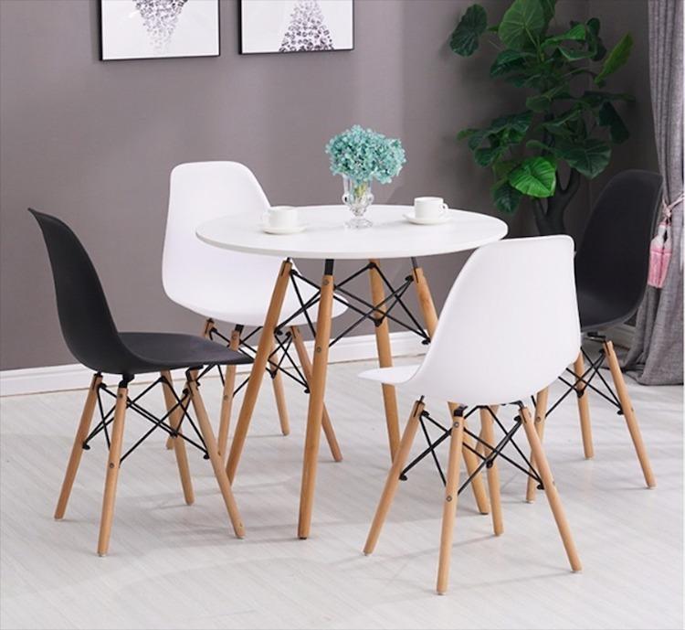 Nếu không thích kiểu bàn trà thấp đi cùng ghế sofa, bạn có thể đổi sang kiểu bàn cao. Bộ bàn tròn Eiffel trắng và 4 ghế có thiết kế đơn giản với tông màu trang nhã gồm trắng và đen. Chân bàn và ghế làm từ gỗ sồi có vân gỗ, kết hợp cùng khung sắt chắc chắn. Mặt ghế làm bằng nhựa PP phủ mờ, có độ đàn hồi, tạo cảm giác thoải mái khi ngồi. Bộ sản phẩm có giá ưu đãi 28% trên Shop VnExpress, giảm còn 1,98 triệu đồng.