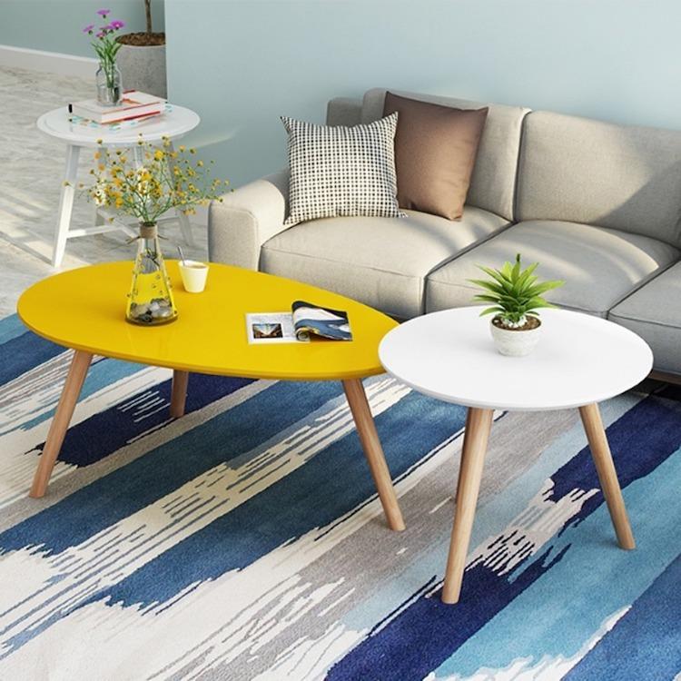 Combo bàn trà sofa chân gỗ sồi có giá ưu đãi 24%, giảm còn 588.000 đồng gồm hai bàn lớn và nhỏ. Một bàn có mặt bàn dáng quả trứng, màu vàng lạ mắt. Bàn còn lại mặt tròn màu trắng. Bộ sản phẩm thích hợp dùng cho những căn hộ nhỏ, phối màu nổi bật, bắt mắt, tạo điểm nhấn cho nhà ở. Bàn quả trứng chiều cao thấp hơn bàn tròn, có thể dùng chung với đệm lót hoặc sofa dài. Bàn tròn cao có thể tách rời để đặt khung ảnh trang trí đầu giường hay chậu cây nhỏ.