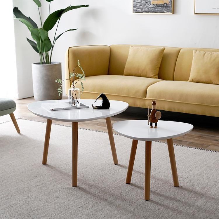 Combo hai bàn trà một lớn, một nhỏ của thương hiệu Igea có thiết kế ba chân vững chắc. Mặt bàn làm từ gỗ MDF phủ melamin chống xước, chống nước, cho bề mặt sáng bóng. Chân bàn làm từ gỗ sồi, chống mối mọt tốt. Bộ hai bàn có thể đặt cạnh nhau trong phòng khách hoặc để riêng trong phòng ngủ, thay cho tủ đầu giường... Sản phẩm có thể tháo lắp dễ dàng. Chân bàn còn liên kết với mặt bằng bản lề, cố định bằng đinh vít, hạn chế tình trạng xê dịch. Sản phẩm có giá 545.000 đồng, giảm 39% so với giá gốc.