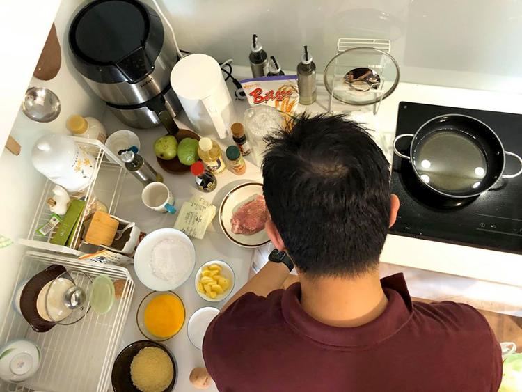 Anh giám đốc thích nấu cơm cho vợ - ảnh 1