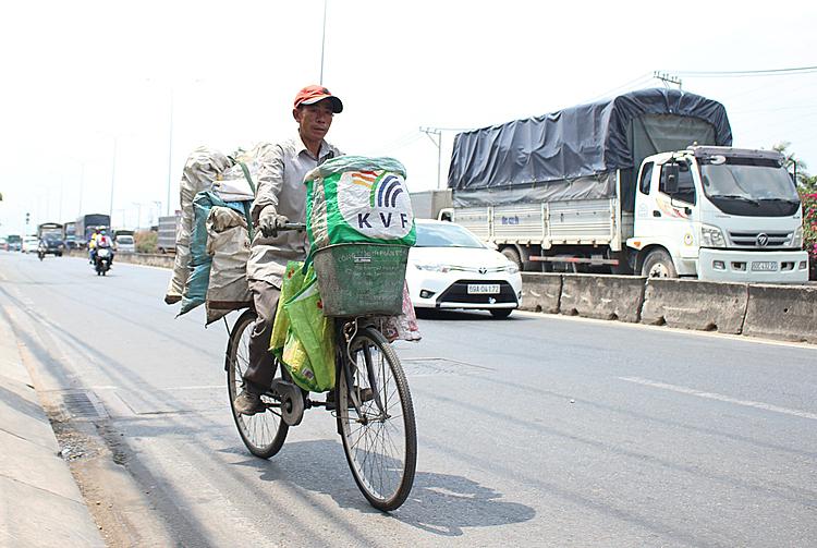 Công việc nhặt ve chai mang đến cho anh 80 - 130 nghìn mỗi ngày. Ảnh: Diệp Phan.