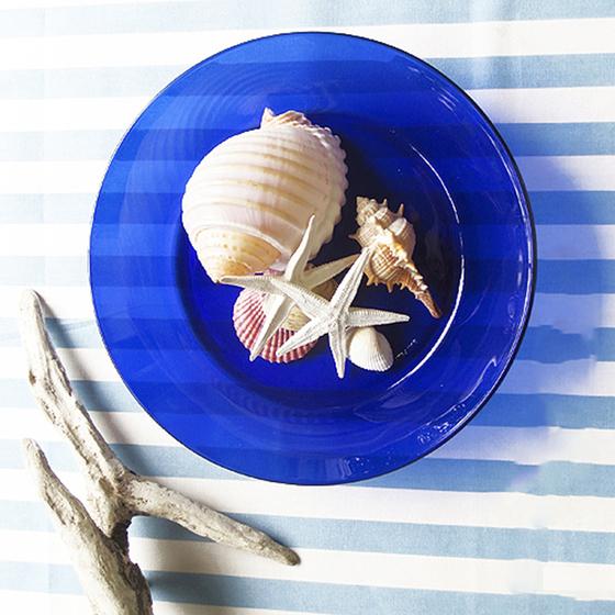 Đĩa bằng, đường kính 23,5cm, màu xanh nước biển, thuận tiện để trình bày các món ăn khô hoặc ít nước sốt. Đĩa nặng 250 g, chất liệu thủy tinh cường lực làm giảm nguy cơ vỡ nứt do va chạm. Bộ 2 đĩa có giá niêm yết 160.000, giảm 5%, còn 152.000 đồng.