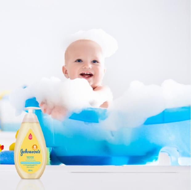 Sữa tắm gội toàn thân Johnson's Top-to-Toe không nhờn rít, không kích ứng, dịu nhẹ như nước tinh khiết, thành phần chiết xuất từ tự nhiên.
