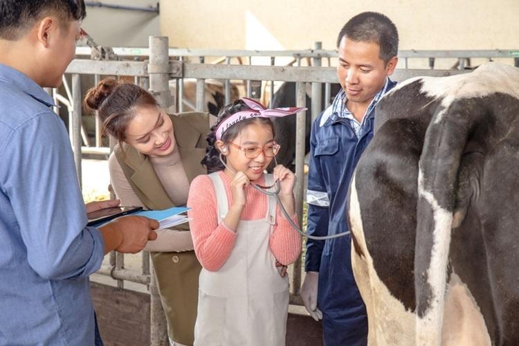 Lần đầu được các chuyên gia chia sẻ quy trình thăm khám sức khỏe bò và được nghe tiếng nhu động dạ cỏ bò, bé Bông thủ thỉ với mẹ: Con nghe tiếng trong dạ cỏ bò giống như tiếng sấm mẹ ơi!.