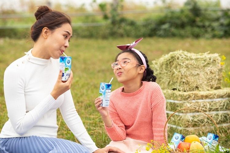 Hồng Diễm ấn tượng [LKAV3] với quy trình chăn nuôi và kiểm soát chất lượng nghiêm ngặt nên chọn sữa tươi Cô Gái Hà Lan chăm sóc các con giữa mùa dịch.