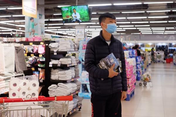Người tiêu dùng chủ động đeo khẩu trang khi đi chợ, siêu thị.