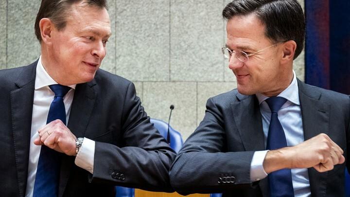 Thủ tướng Hà Lan Mark Rutte (phải) cụng khuỷu tay chào hỏi với Bộ trưởng chăm sóc y tếBruno Bruins giữa bối cảnh dịch bệnh, vào ngày 10/3.Ảnh: Theatlantic.
