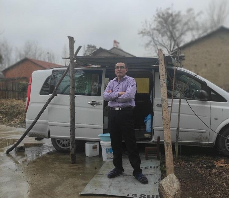 Ming sống trong xe bán tải suốt 14 ngày để đề phòng lây nhiễm Covid-19 cho gia đình. Ảnh: Chinadaily.
