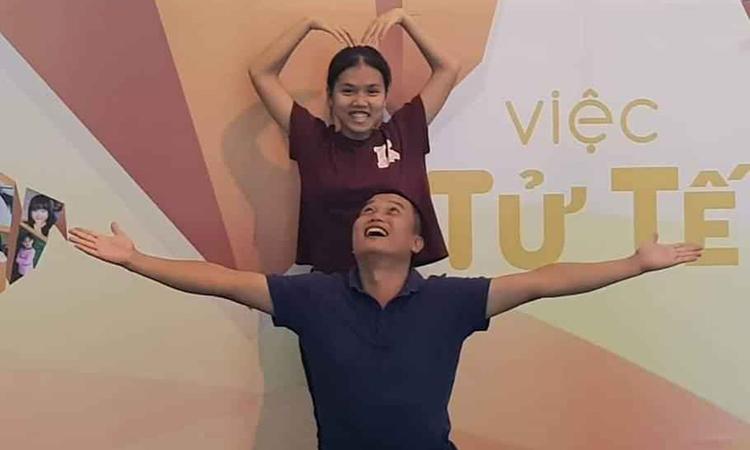 Anh Phạm Đình Quý và con gái Phạm Châu Giang. Anh Quý là một trong 10 nhân vật truyền cảm hứng năm 2018 – đã đi khắp đất nước xây dựng được 136 trường học cho học sinh nghèo ở những vùng đặc biệt khó khăn. Ảnh: Nhân vật cung cấp.