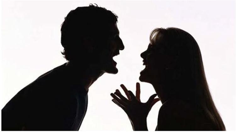 Thay vì đối xử bình đẳng với bạn đời, nhiều người đàn ông có tâm lý lấn át vợ. Ảnh minh họa: The Asian Parent.