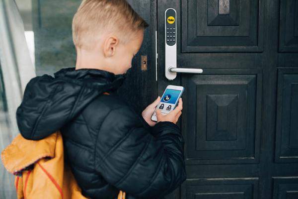Hiện, thị trường có nhiều khóa cửa thông minh có thể kết nối với di động để theo dõi hành động của bé.
