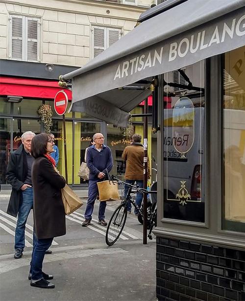 Khách hàng giữ khoảng cách an toàn với nhau khi chờ bên ngoài tiệm bánh Condorcet. Ảnh: The Guardian.