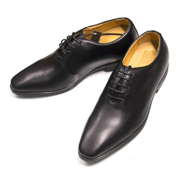 Giày tăng chiều cao cho nam của hãng Geleli làm từ da bò thật 100%. Sản phẩm đi kèm giấy bảo hành 12 tháng từ nhà sản xuất, bảo đảm da thật. Mặt da mềm mịn, đàn hồi tốt. Đế giày làm từ chất liệu có hàm lượng cao su nguyên chất cao,  đường vân sắc nét, nặng tay, chống mài mòn và trơn trượt tốt. Giày có giá 585.000 đồng.