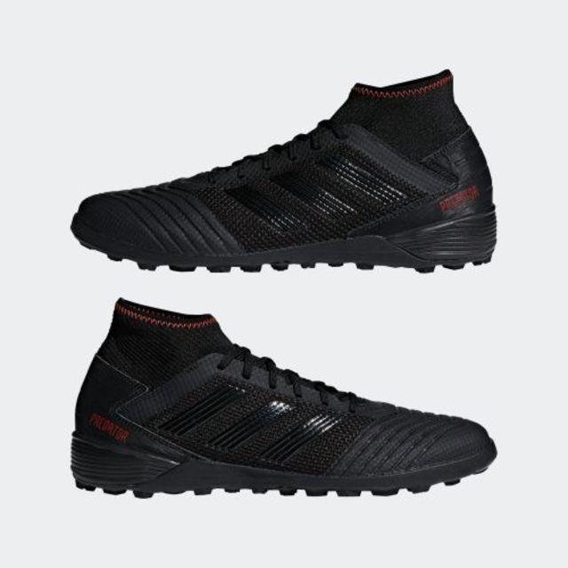 Giày đá bóng Adidas Predator Tango 19.3 Turf Boots D97961 có thiết kế nam tính với màu đen tuyền từ thân giày đến đế. Phom giày thuôn dài, ôm sát bàn chân, an toàn cho người mang khi chạy và vận động trên sân cỏ. Công nghệ đế TF mới của Adidas giúp người mang giữ vững thăng bằng, không trơn trượt khi di chuyển trên mặt sân cỏ nhân tạo. Giày có giá 1,971 triệu đồng, ưu đãi 29% trên Shop VnExpress.