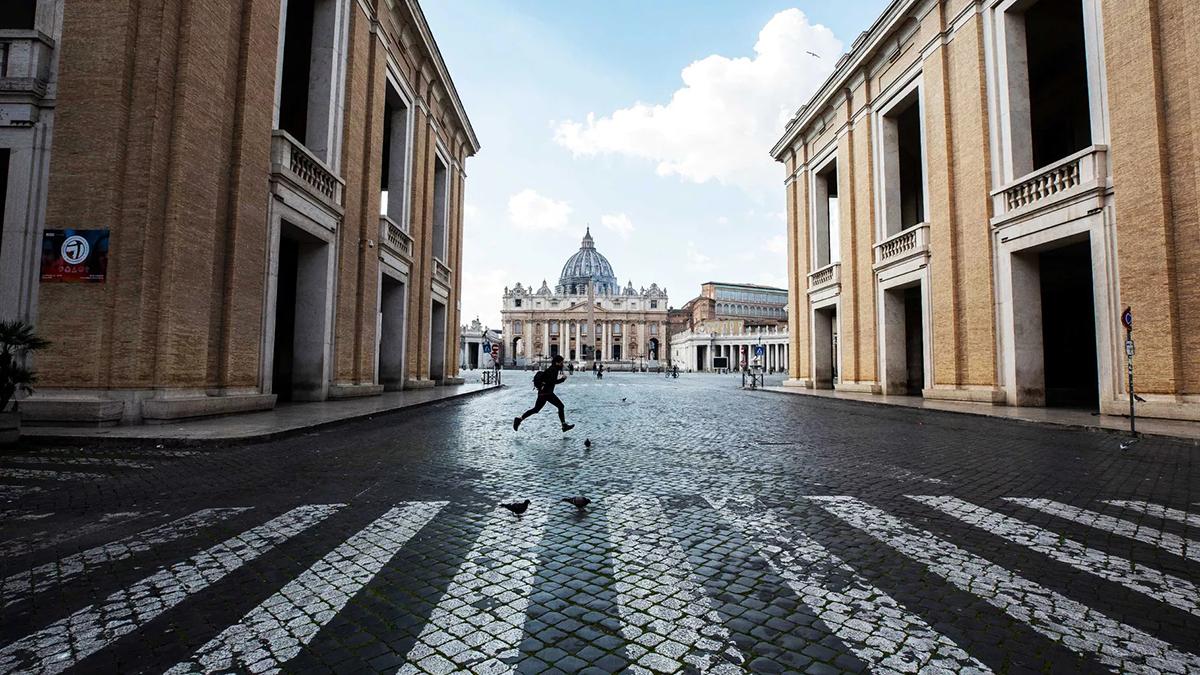 Một người đang chạy trên đường phố vắng lặng ở Rome, ngày 15/3. Ảnh: Vox.