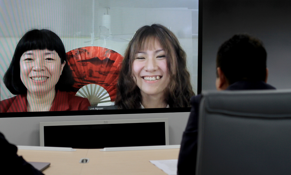 Khánh Linh và mẹ trò chuyện qua mạng với chủ tịch tập đoàn FPT Trương Gia Bình. Ảnh: Phan Dương.