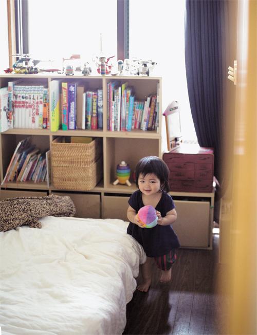 Số lượng đồ chơi của các bé chỉ vừa đủ xếp trên giá để đồ. Ảnh:Life Management of Working Mother.