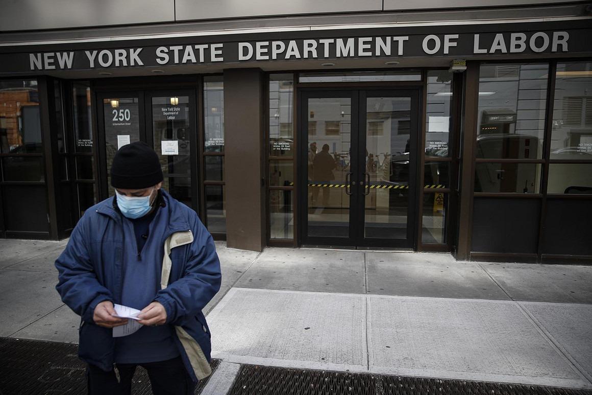 Một người Mỹ quay ra sau khi biết Văn phòng giới thiệu việc làm ở New York đóng cửa vì Covid-19. Ảnh: AP.