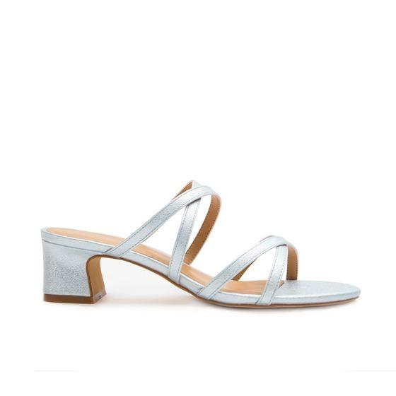 Mùa hè, các nàng có thể thay những đôi giày bốt và sneakers hầm bí bằng những kiểu giày sandal hở mũi để chân thoải mái, mát mẻ hơn. Guốc cao gót của thương hiệu Sablanca có thiết kế trẻ trung với phần đế vuông dễ di chuyển. Quai guốc mỏng, tạo cảm giác thanh thoát cho bàn chân. Sản phẩm có giá 200.000 đồng, giảm 50% so với giá gốc.