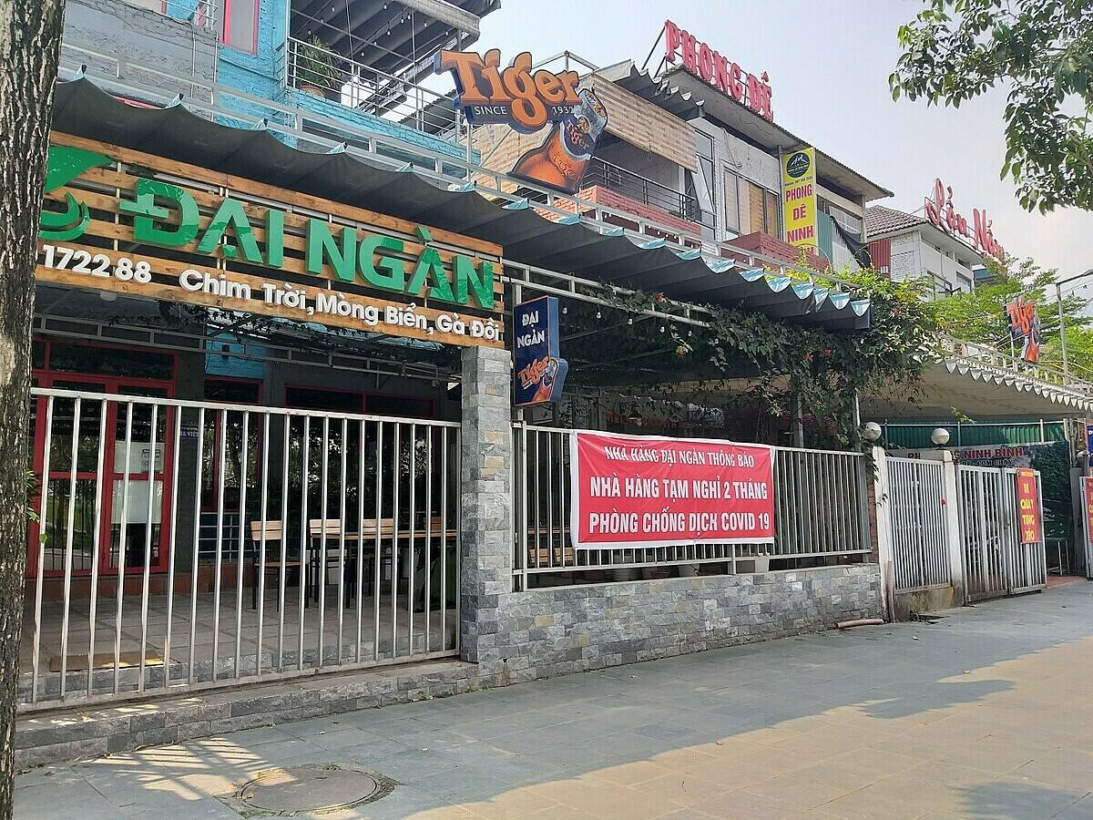 Nhà hàng treo biển đóng cửa hai tháng để phòng chống Covid-19 từ sáng 26/3. Ảnh: Phan Dương.