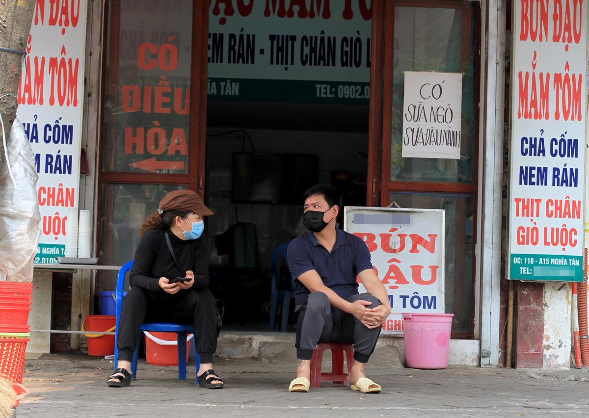 Vợ chồng bà Khuyên chỉ tiếp khách mua mang về hôm 26/3. Ảnh: Phan Dương.