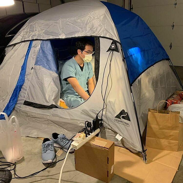 Bác sĩ ngủ ở gara, tránh lây bệnh cho vợ con - ảnh 1