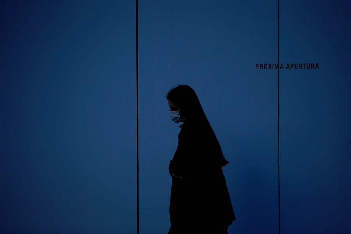 Một phụ nữ đeo khẩu trang khi đi ngoài đường ở Barcenola (Tây Ban Nha). Ảnh: Pau Barrena/AFP