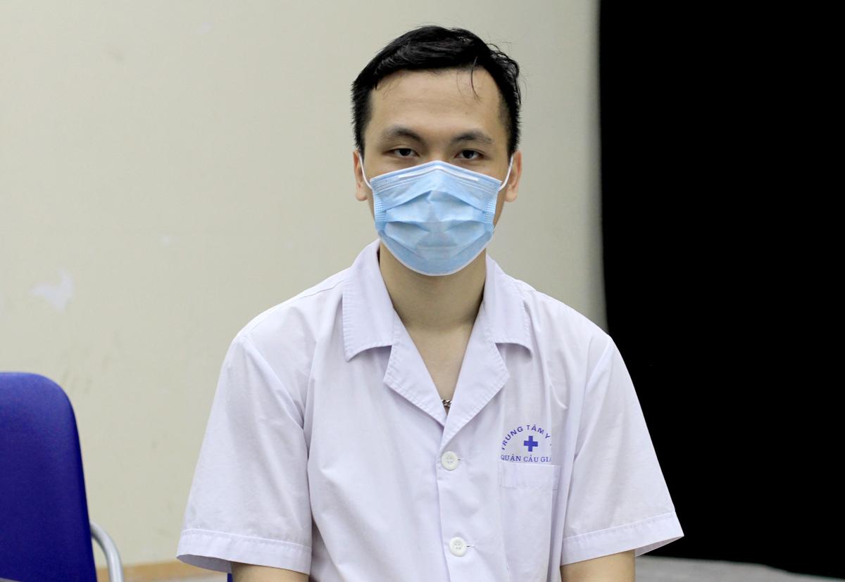 Bác sĩ Nguyễn Hải Linh mệt mỏi sau một ngày làm việc lấy hơn 40 mẫu bệnh phẩm. Anh ở tại cơ quan để trực từ 6/3, dù nhà cách đây 2 km. Ảnh: Phan Dương.