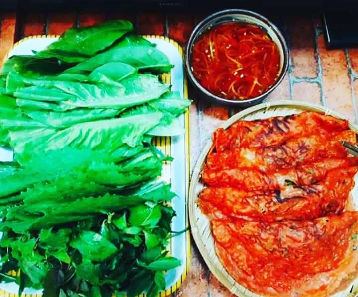 Bánh xèo thanh long với màu sắc bắt mắt ăn kèm rau sống và nước chấm chua ngọt cho cả nhà đổi vị.