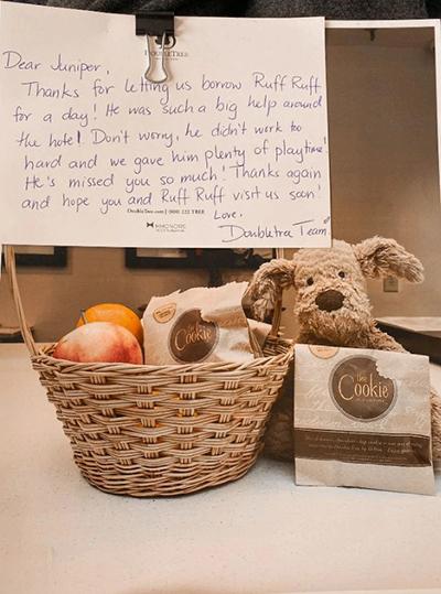 Ruff Ruff được về nhà cùng với món quà của khách sạn. Ảnh:Jesse Aguila.
