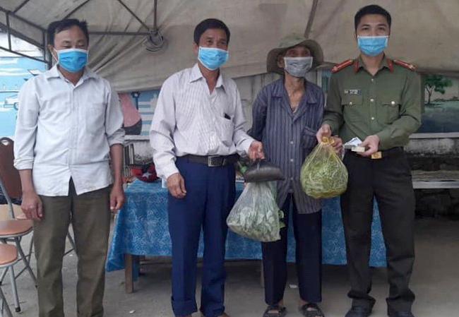 Cụ Thái ủng hộ cân gạo, mớ rau cho chính quyền địa phương cải thiện bữa ăn cho con em cách ly trên địa bàn. Ảnh: Hồng Thanh.