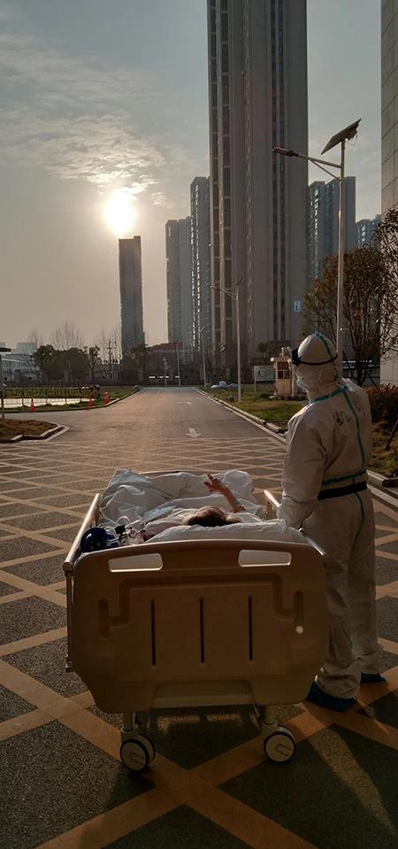 Một bác sĩ cùng ngắm hoàng hôn với bệnh nhân mắc Covid- 19 tại Bệnh viện Nhân dân Đại học Vũ Hán. Ảnh: sohu.