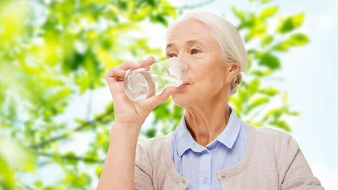 Nước đóng vai trò quan trọng với sức khỏe người cao tuổi.
