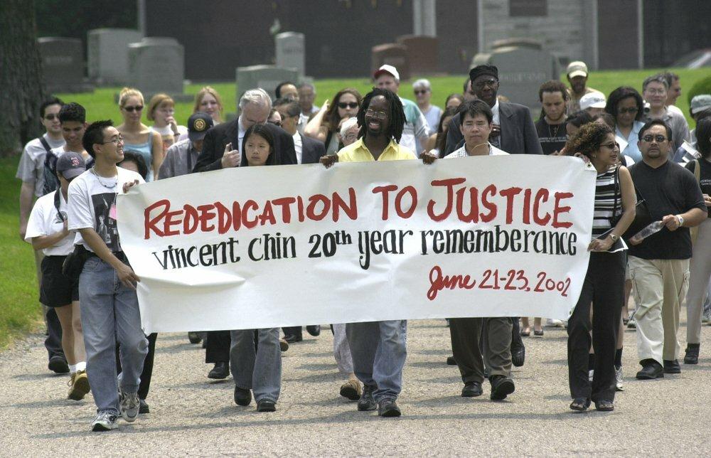 Cuộc tuần hành kỷ niệm 20 năm ngàyVincent Chin - một người Mỹ gốc Hoa bị sát hại vì phân biệt chủng tộc. Ảnh: AP.