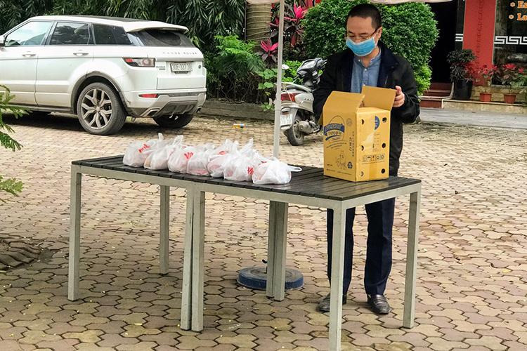 Anh Nguyễn Phan Huy Khôi hàng ngày đến những điểm phát quà miễn phí để tiếp sức bằng những túi thực phẩm mới. Ảnh: Hải Hiền.