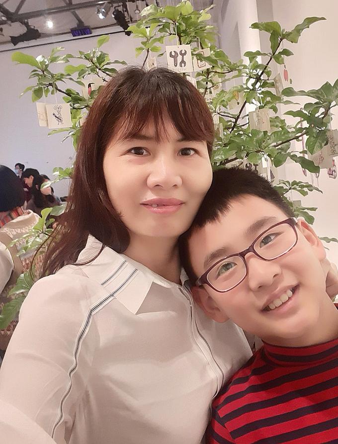Chị Anh Vân và Sae Hae trong triển lãm Thế giới song song, hưởng ứng Ngày thế giới nhận thức về chứng tự kỷ, tháng 28/3/2021. Sae Hae là một trong 6 nghệ sĩ trẻ có tác phẩm trưng bày. Ảnh: Nhân vật cung cấp.
