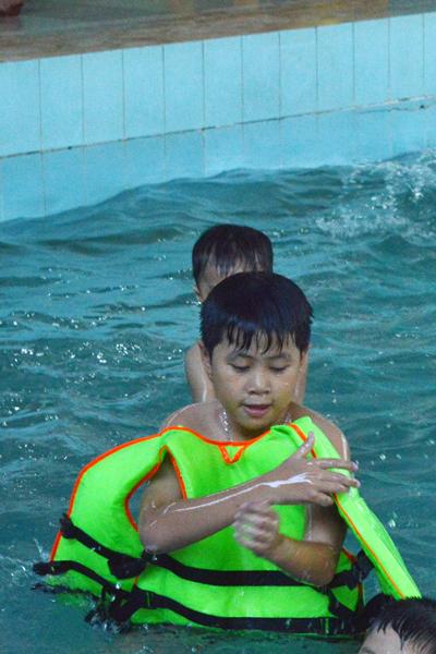 Bé vui đùa dưới nước